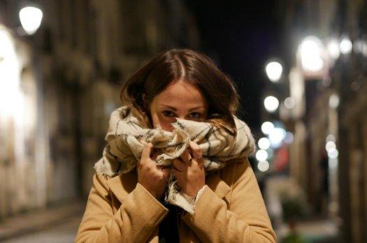 Une blogeuse mode dans la nuit