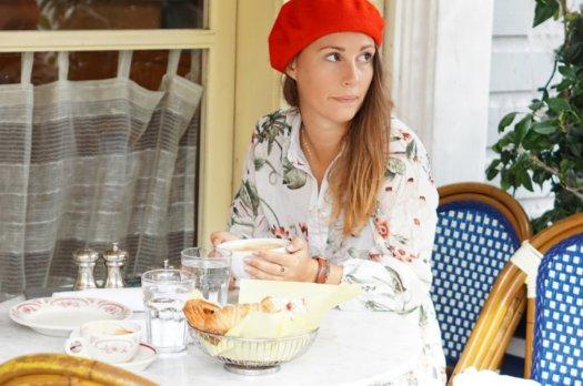 Robe à fleur et beret rouge